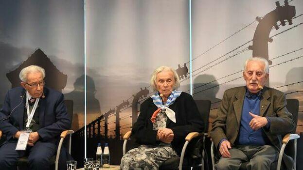Algunos supervivientes de Auschwitz llegaron el domingo para el acto que se celebra este lunes para recordar la liberación del campo. (EFE)