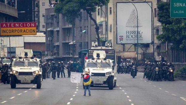 María José Castro, conocida como 'la mujer de la tanqueta', bloquea el paso de una tanqueta de la Guardia Nacional durante una manifestación de la oposición venezolana. (Miguel Gutiérrez/EFE)