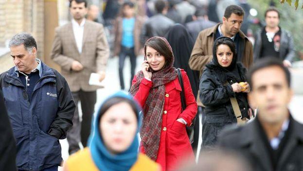 Una mujer iraní habla por el teléfono móvil en una calle de Teherán, en Irán. (EFE)