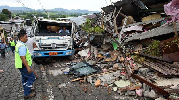 El terremoto de 7,8 grados de magnitud en la escala abierta de Richter, sacudió este sábado la zona tropical norte de Ecuador. (EFE)