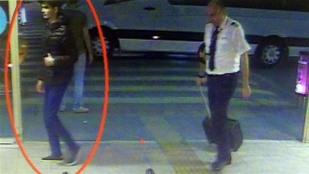 La prensa turca publica imágenes de los terroristas paseando por el aeropuerto de Atatürk antes del ataque. (Captura de las cámaras de seguridad)