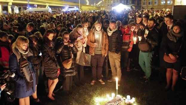 Los trabajadores del aeropuerto Zaventem en una marcha silenciosa en homenaje a las víctimas del atentado terrorista. (EFE)