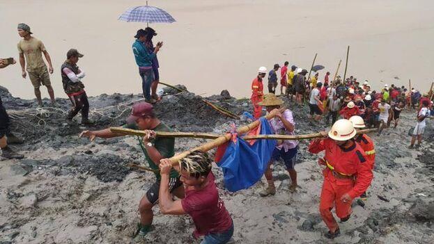 La tragedia tuvo lugar en torno a las 8:00 am (hora local) cuando, en medio de una lluvia torrencial, una avalancha sepultó a un grupo de mineros. (@AlertaCambio)