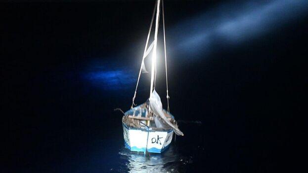 Los migrantes se trasladaban en una embarcación rústica a unos 41 kilómetros al sureste de Cayo Anguilla. (USCG)