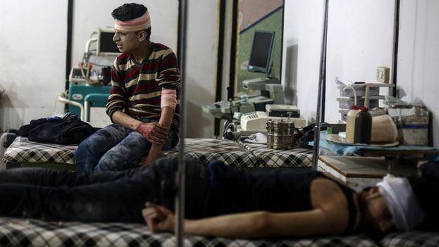Un hombre herido recibe tratamiento médico en un hospital de campaña tras un ataque aéreo perpetrado supuestamente por las fuerzas leales al gobierno sirio. (EFE/Mohammed Badra)