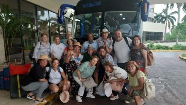 Los turistas españoles antes de saber que su vuelo había sido cancelado. (EFE/Yander Zamora)