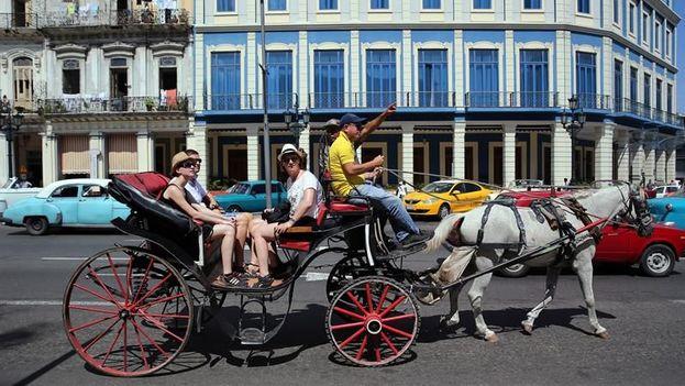 Un grupo de turistas pasean en un carruaje en La Habana. (EFE)