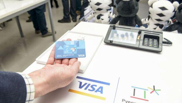 Al permitir que complejos turísticos playeros recauden el pago de sus huéspedes a través de las tarjetas de crédito, incurren en el usufructo de propiedades decomisadas, dice la demanda. (EFE)
