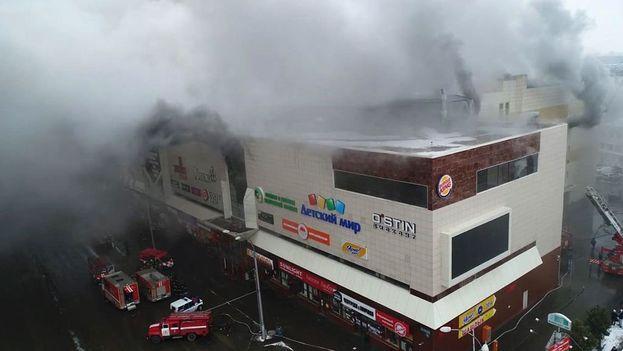 El fuego se originó en uno de los cines ubicados en la cuarta y última planta del edificio del centro comercial, y de ahí se propagó por todo el establecimiento.(Captura vídeo)