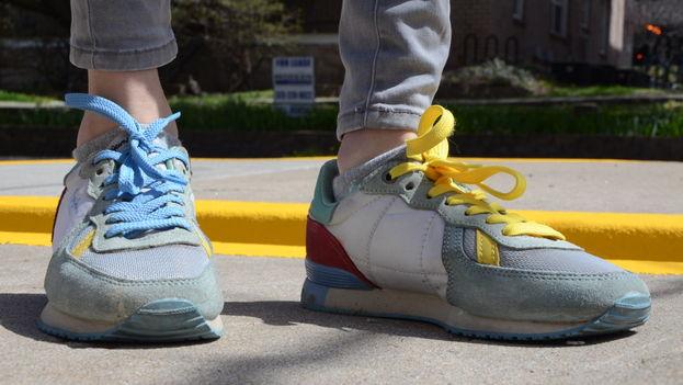 Una joven ucraniana utiliza los colores de la bandera de su país en los cordones de sus zapatos como símbolo de independencia. (14ymedio)