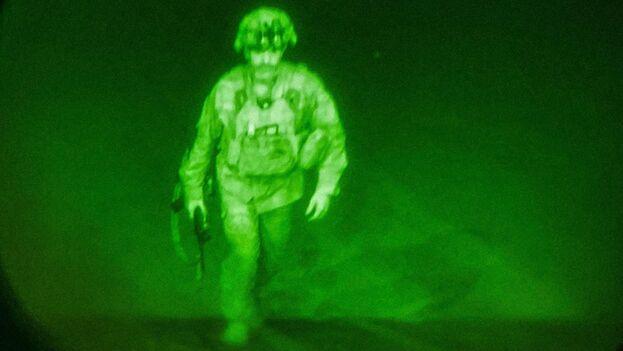 El último soldado en abandonar suelo afgano, el general de División Chris Donahue, sube al último avión. (EFE/EPA/Jack Holt)