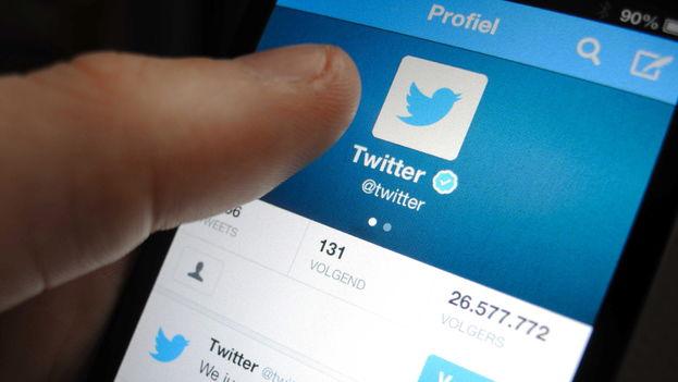 Un usuario revisa la cuenta de Twitter. (EFE)