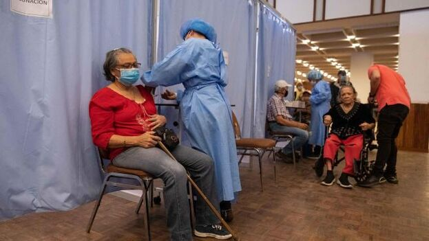 Una mujer recibe una dosis de la vacuna rusa Sputnik V contra el covid-19 en Caracas, Venezuela. (EFE)