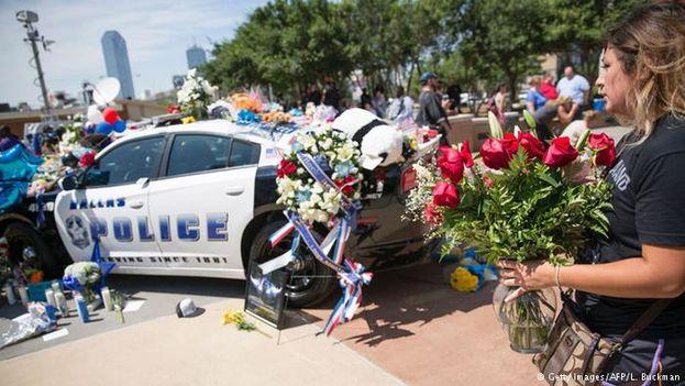 Los vecinos de Dallas rinden tributo a los policías asesinados durante el ataque de la pasada semana. (Twitter)