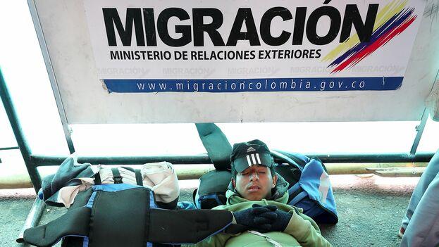 Un migrante venezolano espera en el paso fronterizo de Colombia a Ecuador. (EFE)