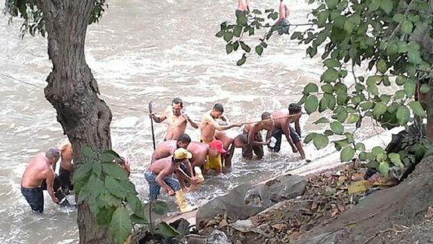 Los venezolanos buscan oro en el Guaire, cuyo barro está compuestos por heces y sustancias residuales dañinas. (Captura/Euronews)