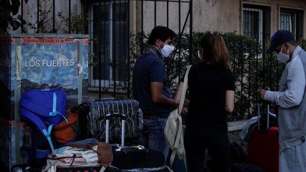 Un grupo de ciudadanos venezolanos fue registrado el pasado martes frente al consulado de su país en Santiago de Chile, varados por las medidas restrictivas en medio de la pandemia por el covid-19. (EFE)