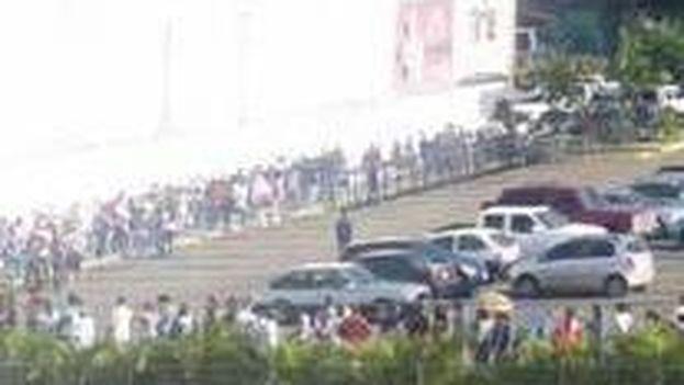 Algunos venezolanos han denunciado en las redes sociales que las colas persisten pese al cierre fronterizo. (@RETachira)