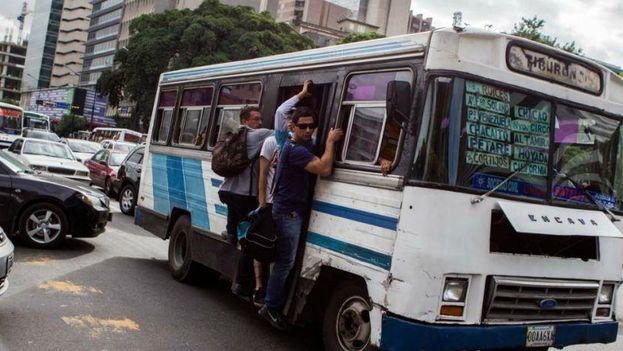 Los venezolanos han visto en los últimos cinco años el descalabro de su sistema de transporte, afectado por el encarecimiento, la escasez y la falta de inversión. (EFE)