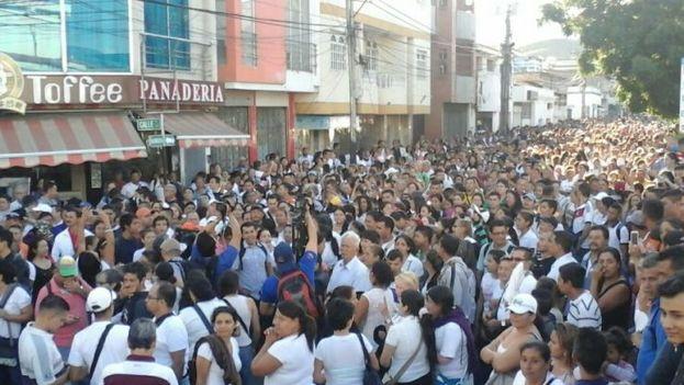 Unos 35.000 venezolanos cruzaron la frontera para comprar alimentos y medicinas durante el domingo. (La Nación)