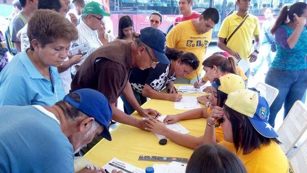 Los venezolanos firman desde este miércoles para lograr el revocatorio de Nicolás Maduro. (@RevocaloYa)