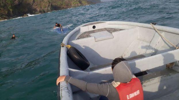 """""""Según versiones de los rescatados la lancha naufragó como a 70 metros de la playa"""". (@senafrontpanama)"""