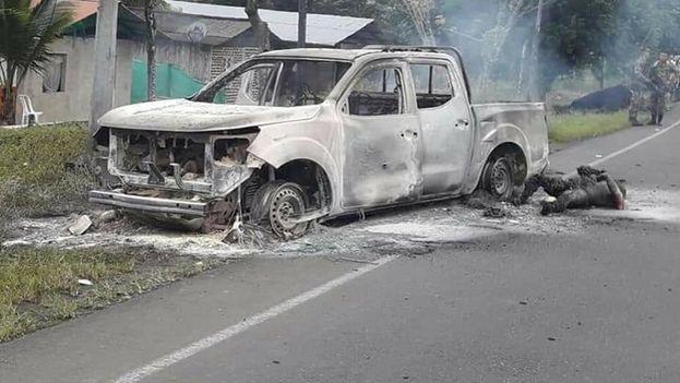 El vehículo en el que viajaban los miembros de la Fiscalía fue calcinado tras el ataque. (AlvaroUribeVel)