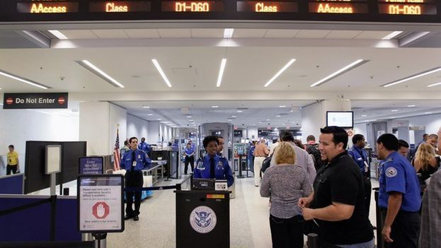 Durante el año fiscal 2016, un total de 23.877 viajeros fueron sujetos a requisas de sus dispositivos electrónicos. (EFE)