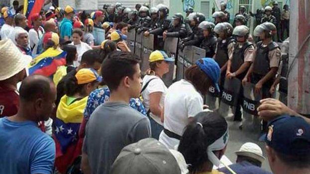 La policía ha vigilado estrechamente las marchas convocadas por la oposición. (@Revocalo2016)