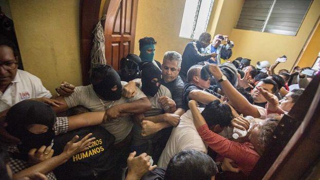 Un grupo de parapolicías agredio a varios obispos y periodistas tras irrumpir violentamente en la basílica de San Sebastián. (EFE/Jorge Torres)
