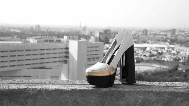 Cada zapato guarda en su tacón de 13 centímetros un bote de gas pimienta y está diseñado para que la mujer tenga acceso rápido a él