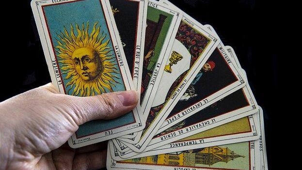 Recuerda que no existe una única forma de mezclar las cartas del tarot antes de una lectura. (Pixabay)