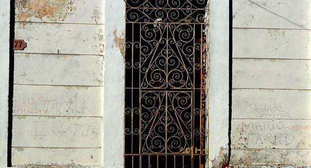 Fachada de la casa de Iris Mariño que ha sido pintada con todo tipo de frases ofensivas, consignas y citas. (CC)