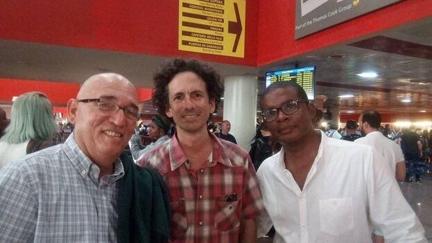 De izquierda a derecha, Abdel Legrá, Boris González y Enix Berrio, tres de los seis activistas impedidos de viajar este domingo. (Facebook)