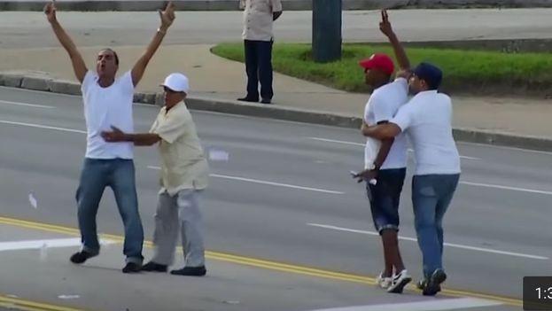 Activistas detenidos durante la misa del papa Francisco en la Plaza de la Revolución (fotograma de un video)