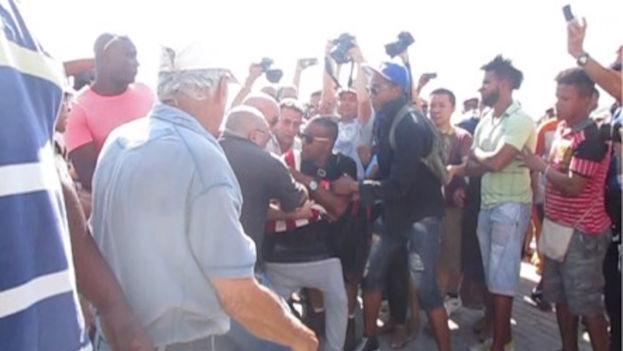 Unos minutos después de la llegada del Adonia a la bahía de La Habana el hombre fue rodeado por miembros de la Seguridad del Estado vestidos de civil. (14ymedio)