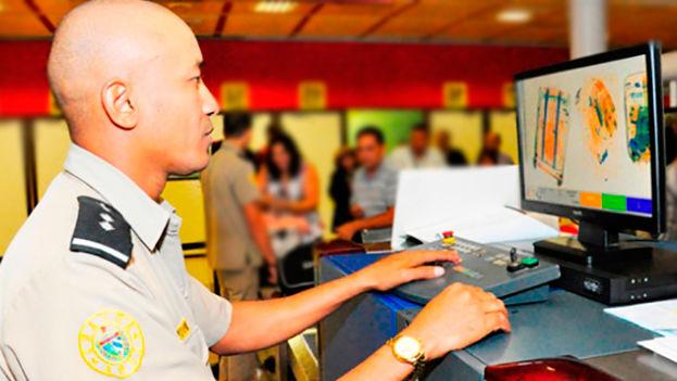 Un oficial de la Aduana General de la República revisa las pertenencias de los pasajeros en el aeropuerto de La Habana. (Aduana)