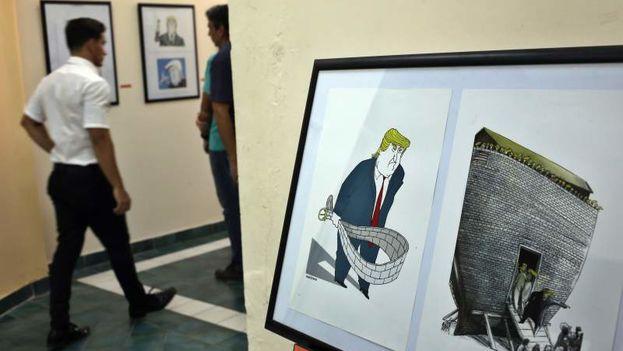 La muestra Agente Naranja, organizada por el artista cubano Ares, recoge una veintena de trabajos de trece caricaturistas sobre Donald Trump. (EFE)
