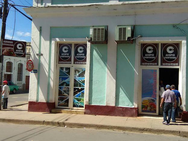 Agua de coco y coco seco fueron los únicos productos que vendieron esta semana en el mercado estatal Agrosur. (14ymedio)