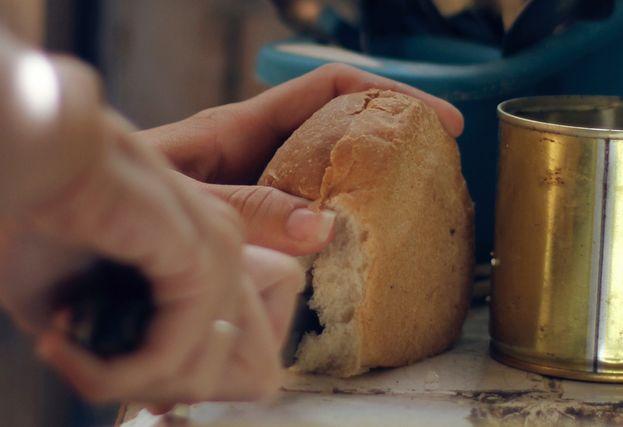 """""""Ahora los cubanos nos dividimos entre quienes pueden comer un pan sabroso y los que tenemos que conformarnos con este, subvencionado y desabrido"""". (14ymedio)"""