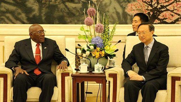 Altas autoridades chinas reunidas con el vicepresidente cubano, Salvador Valdés, en Pekín. (@AlbertoBlancoS)