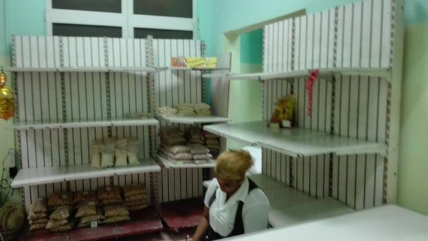 Anaqueles vacíos y largas colas son el panorama de muchos comercios en la ciudad de Santiago de Cuba, ante la llegada del huracán Matthew. (Luis Lazaro Guanche)