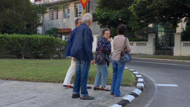 Ancianos caminan por las calles de La Habana aquejados por el frío. (14ymedio)