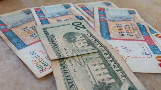 """Apalancarse en """"los verdes"""", como se les llama popularmente a los billetes estadounidenses, es una opción que están tomando muchos cubanos. (14ymedio)"""