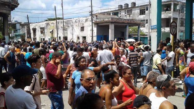 Apenas unos minutos después de iniciada la protesta llegaron al sitio los efectivos de la PNR y tropas especiales. (Facebook)