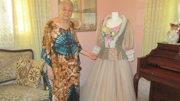 Carmen Fiol con un vestido inspirado en un retrato realizado por el pintor Armando Menocal a Rosario Armenteros y que se mostró en un desfile del evento Arte y Moda en ocasión de cumplir el Museo Nacional de Bellas Artes el 70 aniversario de su creación. (14ymedio)