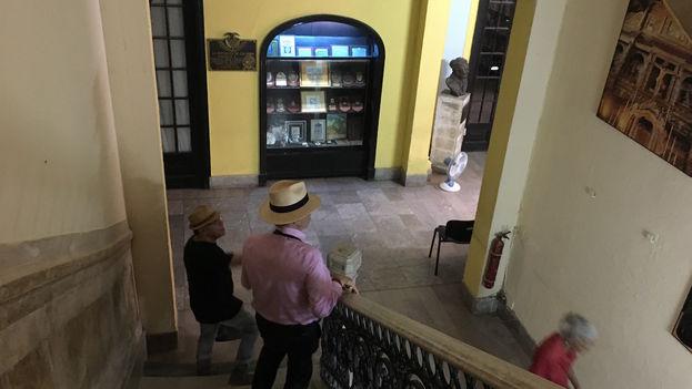 Los turistas entran para hacer fotos y consumir en la cafetería de la Asociación Canaria de Cuba 'Leonor Pérez' en La Habana Vieja. (14ymedio)