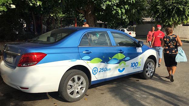 Primer auto eléctrico avistado en La Habana. (14ymedio)