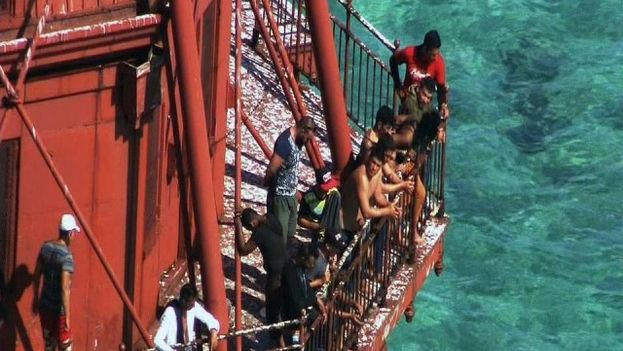 Balseros cubanos se refugiaron en la parte más alta de un faro en los cayos de Florida por temor a ser repatriados a Cuba. (Captura de pantalla: WSVN)