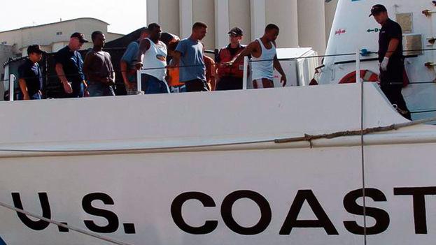 Balseros cubanos siendo repatriados por la Guardia Costera de Estados Unidos. (EFE)